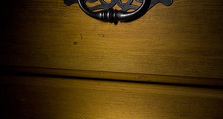 As cômodas podem ser feitas de vários tipos de madeira