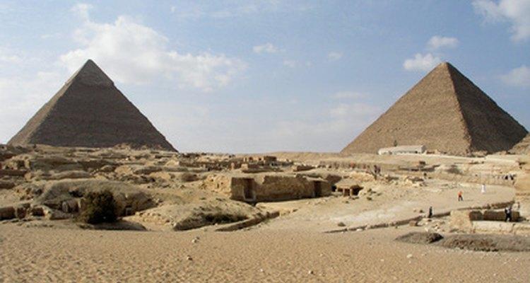 Se han encontrado pergaminos de papiro que datan del 3000 a. de C. y muestran transacciones financieras y comerciales del antiguo Egipto.