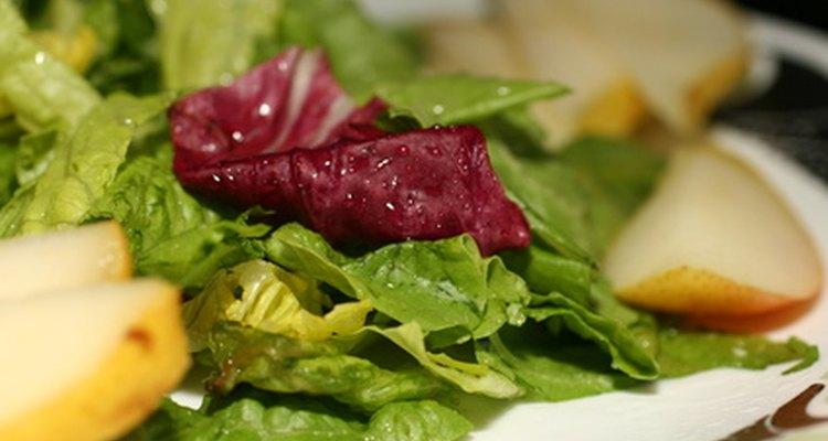 Sirva saladas frescas e deixe seus convidados felizes