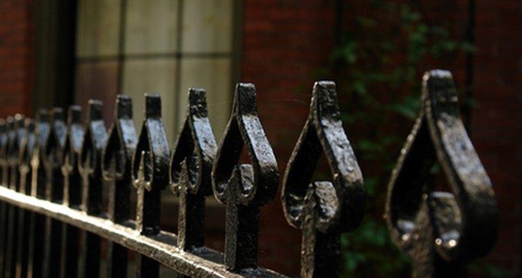 Detalhes decorativos adicionais, tais como barras curvadas aumentam o preço de cercas de ferro forjado