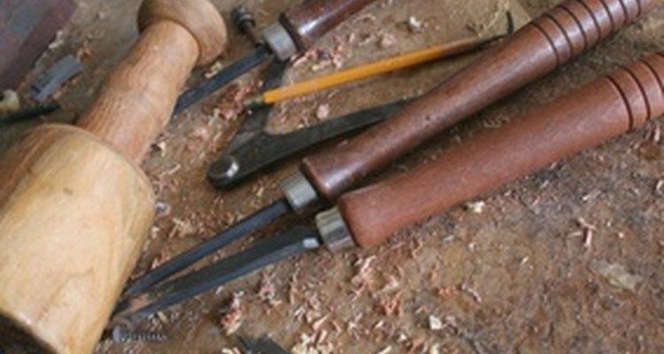 Um formão ou outra ferramenta de escultura pode ser necessário para compatibilização ou detalhe das esculturas