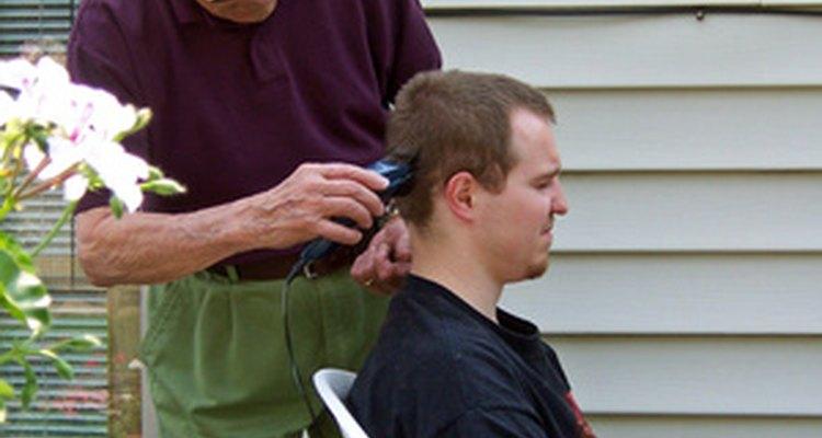 Cómo cortarle el pelo a un hombre.