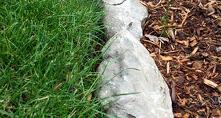 Pedras, tijolos e cercas podem não evitar que a grama entre em espaços de jardim