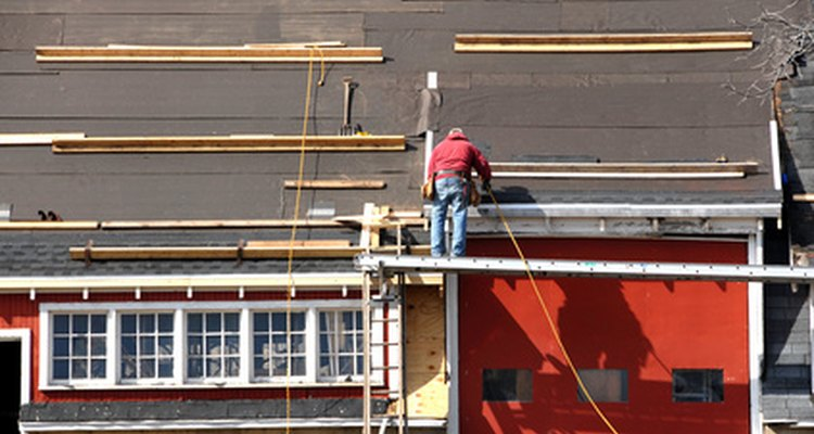 Colocar el techo es el último paso del marco de la casa.