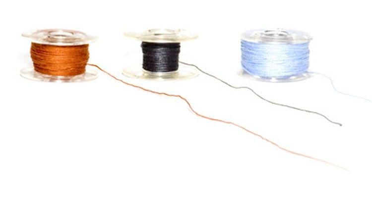 Aprende a insertar una bobina dentro de una máquina de coser para hacer trabajos perfectos.
