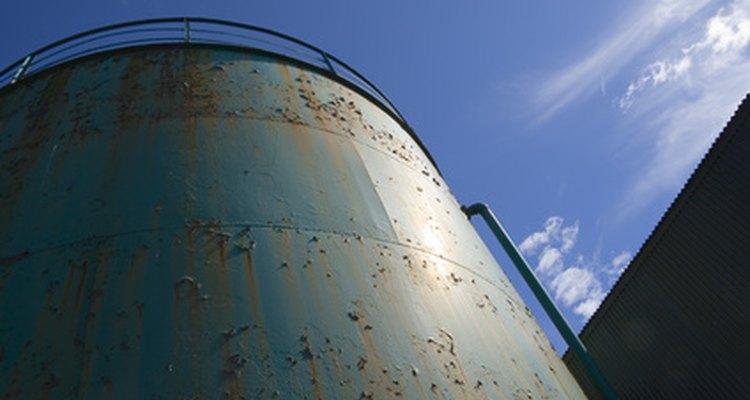 Determine o peso de um tanque de aço usando seus conhecimentos de física