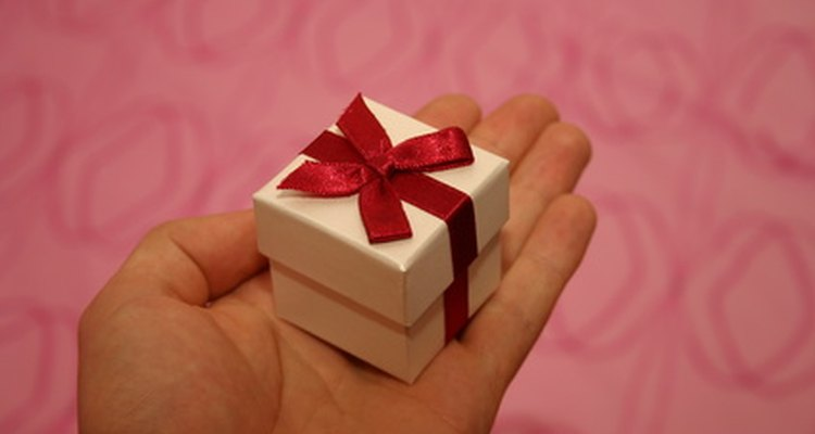 Dar à uma nova mamãe um presente após ela ter dado à luz a um bebê irá mostrar a ela o quanto você a ama