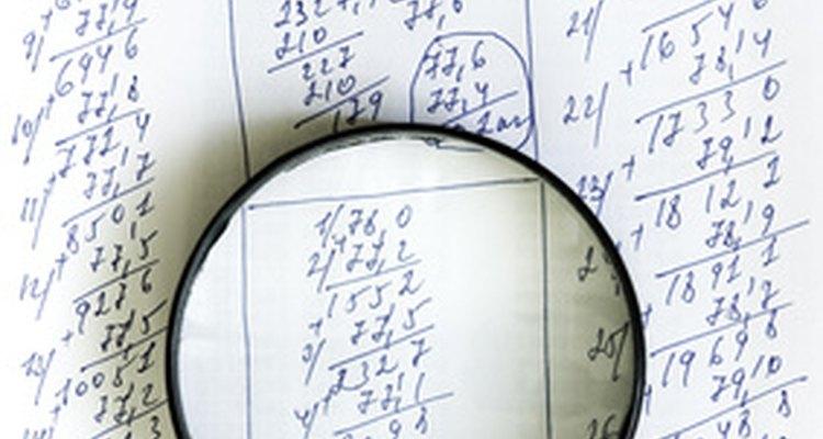 Funcionários de contabilidade compilam e organizam relatórios financeiros, lidam com faturas pendentes e realizam outras tarefas.