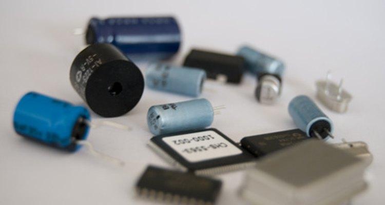 Los capacitores contienen dos placas que se rellenan con carga, creando un campo eléctrico entre ellos.