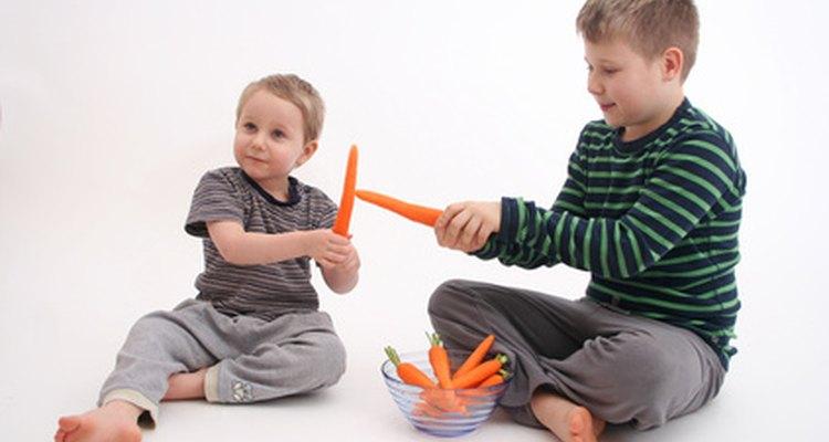Introduce a los niños a las frutas y vegetales con la comida para jugar.