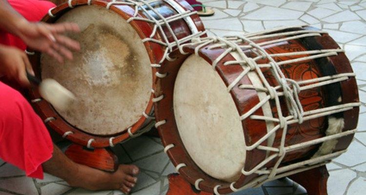 La tambora se toca con palillos en la gaita, estilo de música venezolano.