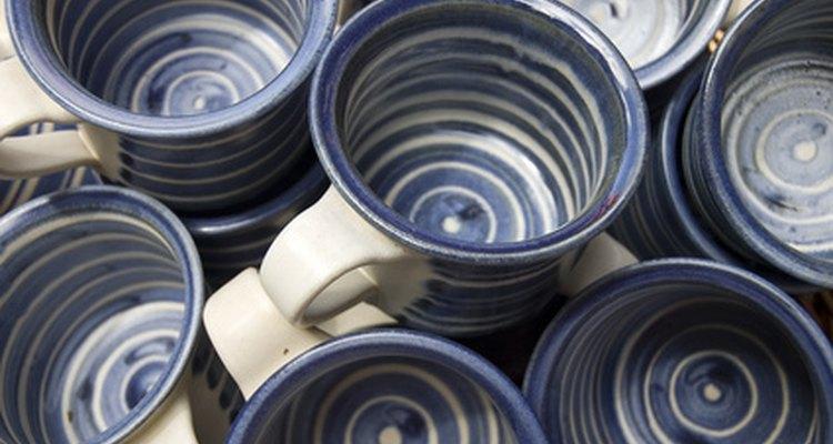 Xícaras de cerâmica feitas na mão