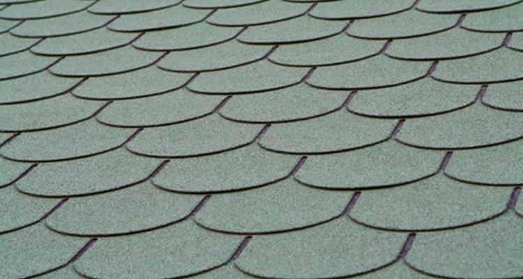 Limpe o reboco molhado de azulejos com uma esponja arredondada