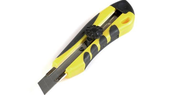Corte o veda rosca usando uma faca ou estilete