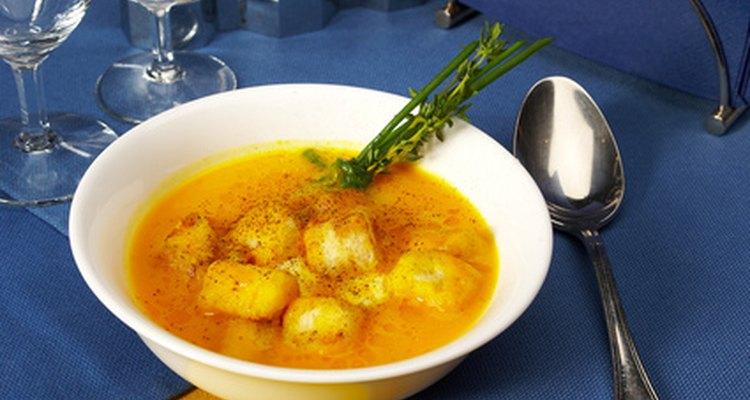 Os pedaços de berinjela ou batata devem permanecer por cima da sopa
