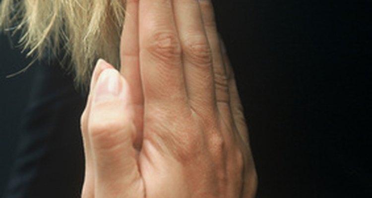 As mãos em posição de oração demonstra respeito por si mesma e pelo ambiente