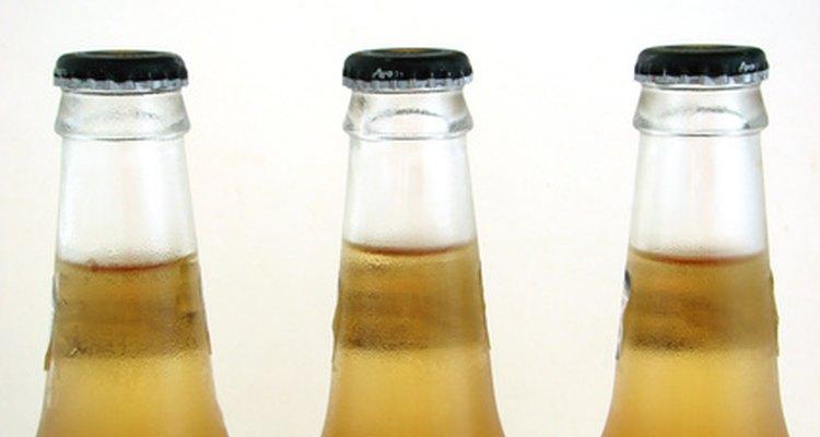 Deixe claro nos convites que os convidados deverão trazer suas próprias bebidas