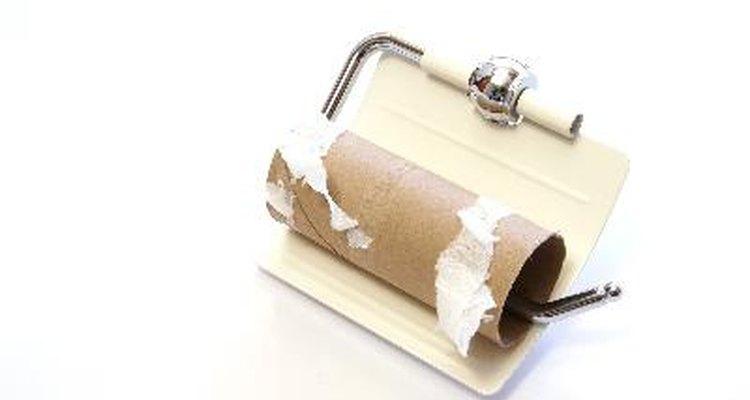 Rolos de papel higiênico vazios enrolados em papel crepom e decorados, dão ótimos porta-lápis!