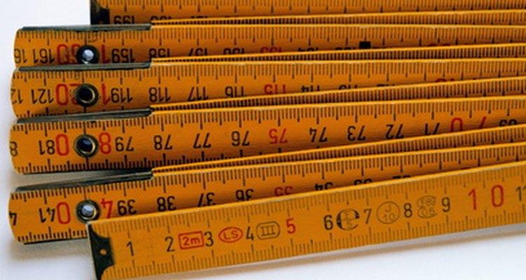 La regla de carpintero indica unidades imperiales y métricas.