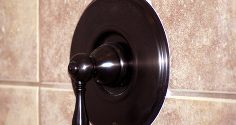 Reemplaza la lechada quebrada o faltante en tu ducha.