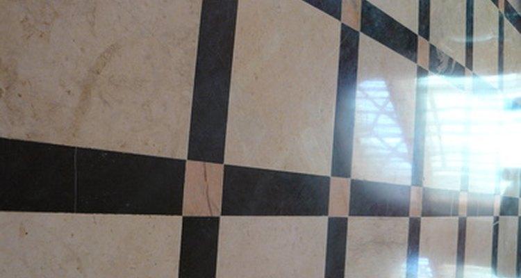 El vinagre es seguro para usar sobre pisos laminados y vinílicos.