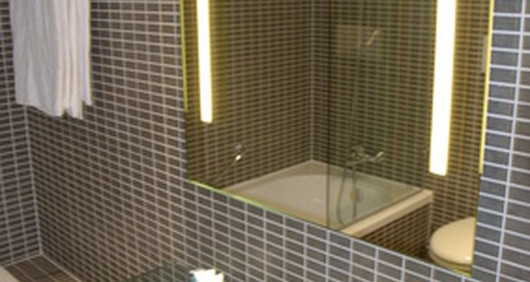 Instala un espejo a la altura adecuada en tu baño.