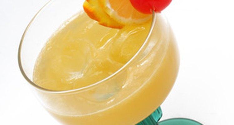El licor casero de naranja le da a los cócteles un vibrante sabor a cítrico.