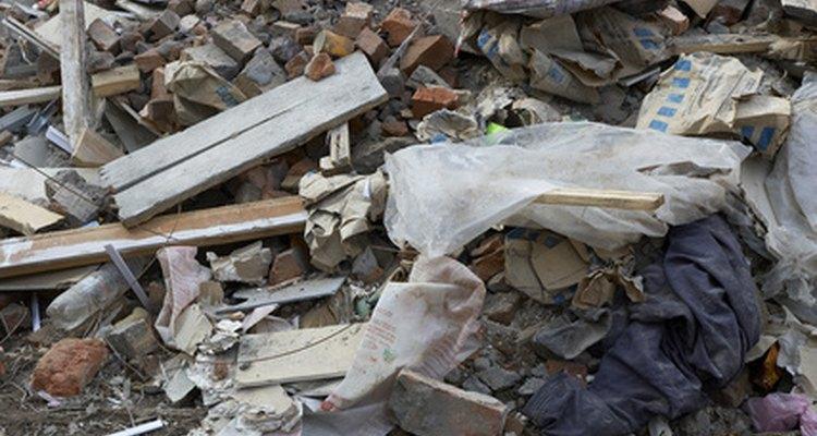 Alguns resíduos podem ser reciclados, mas outros tipos de lixo devem ser queimados ou levados para um aterro sanitário