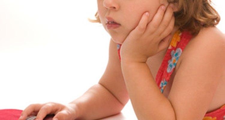 Medios tales como la televisión e Internet influyen en el aprendizaje y la conducta de los niños.