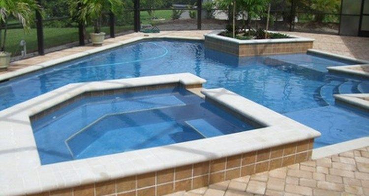 Los propietarios de piscinas son los anfitriones obligados de las fiestas cuando se trata de divertirse en el verano.