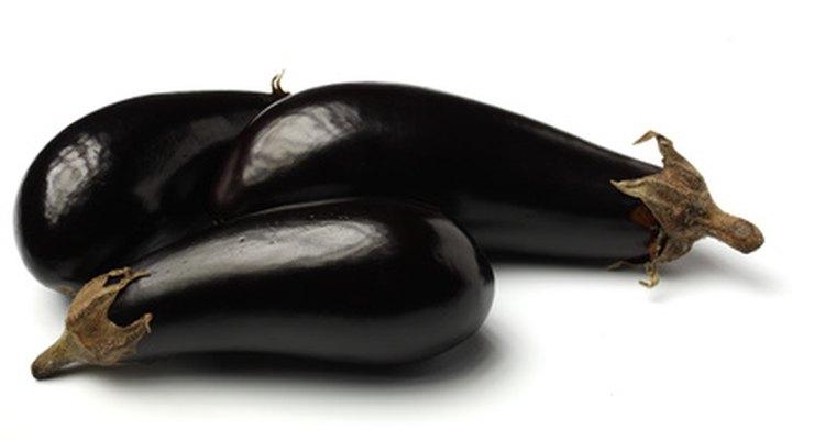 La berenjena es un vegetal nutritivo que puede guardarse en el refrigerador o el congelador.