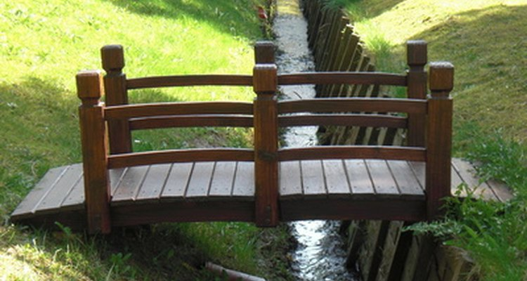 Uma ponte de jardim japonês