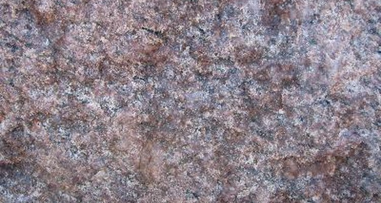 Use água oxigenada e uma flanela branca para limpar superfícies de granito