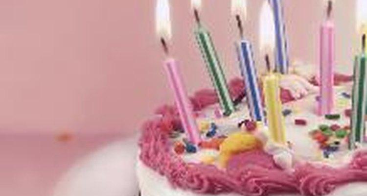 Las velas en un pastel son una parte integral de las celebraciones de cumpleaños modernas en el occidente.