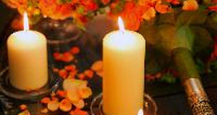 Usa velas y flores como centro de mesa para un cumpleaños 80.