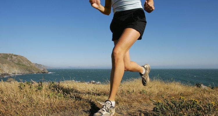 El daño a los nervios en las piernas puede causar hormigueo durante las actividades físicas.