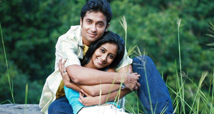 Hombre abrazando a la mujer que ama desde atrás.