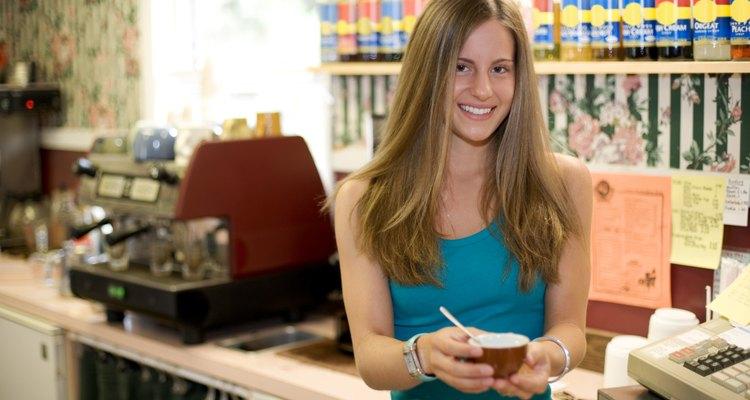 Los logros académicos y la experiencia laboral son dos factores muy considerados para contratar a jóvenes graduados.