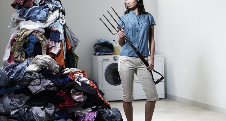 Para lavar roupas delicadas, nunca encha a máquina de lavar
