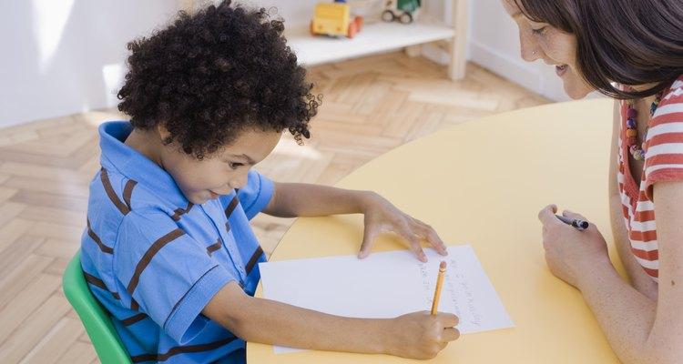 Los asistentes de maestros suelen tener por lo menos dos años de experiencia o 60 créditos universitarios.
