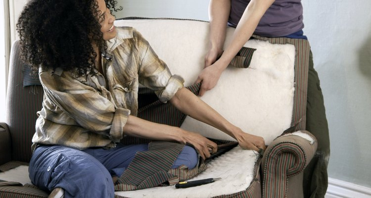 Cortar espuma de tapicería es una tarea fácil para hacer uno mismo.