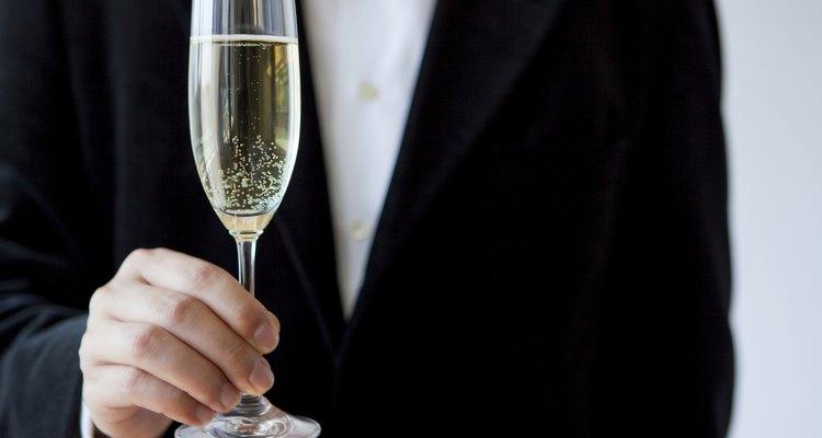 Un hombre sosteniendo una copa de champán en un evento formal.