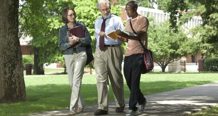 Un coordinador de área tiene habilidades de comunicación oral y escrita efectivas.