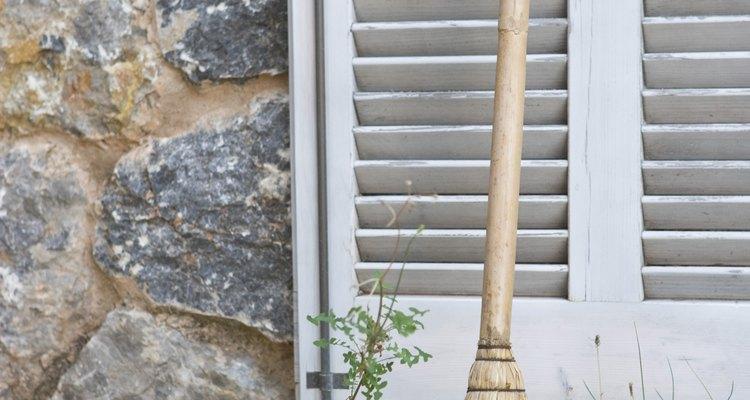 La solución de jabón de azúcar limpia el musgo de las piedras.