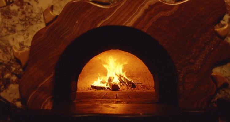El calor atrapado en las paredes del horno se utiliza para cocinar comidas tales como pizzas.