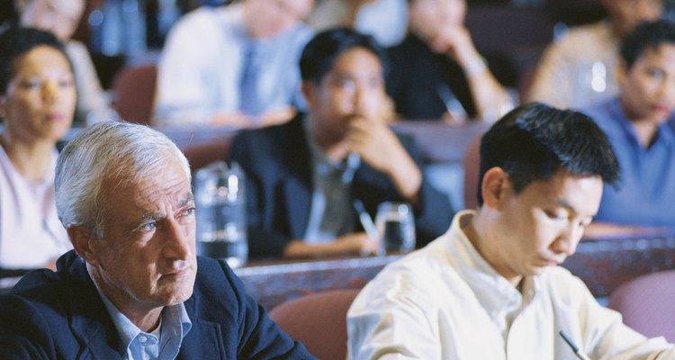 Una audiencia escucha y toma notas.