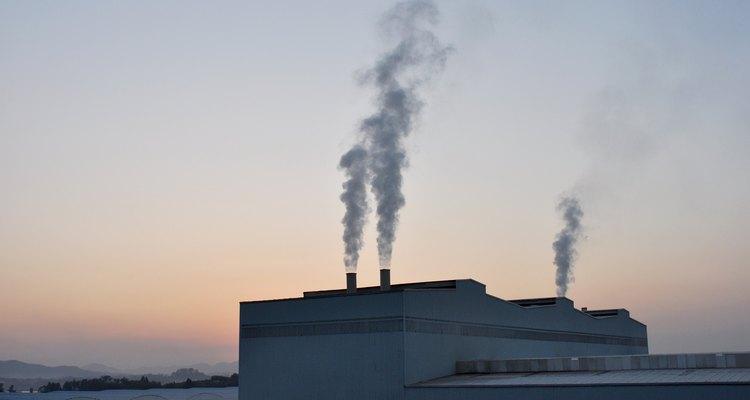 Os resíduos de fábricas e indústrias é um dos maiores contribuintes para os níveis de ácido sulfúrico no ambiente