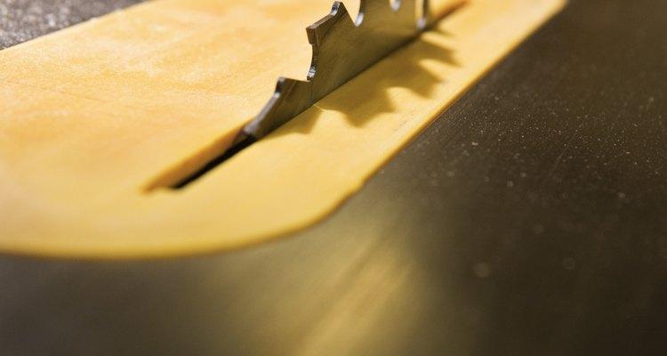 La precisión de una sierra de mesa depende de que la valla sea fuerte y se mantenga en paralelo a la hoja.
