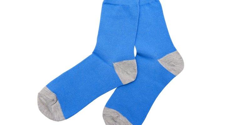 Mimarte con un par de calcetines gruesos y espesos no tiene por qué significar  un riesgo para tu vida si los usas sobre tu piso de madera pulida.