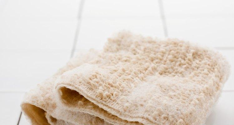 Quita el residuo del desodorante con un paño de aseo.
